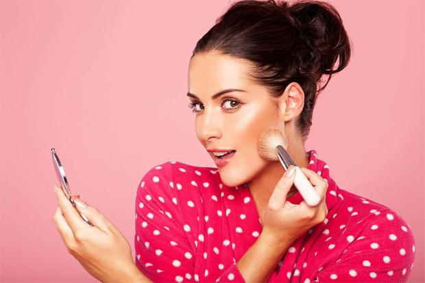 Більшість жінок вважають за краще помірний макіяж, який підкреслює достоїнства і приховує недоліки. Однак є особистості, які або взагалі не користують