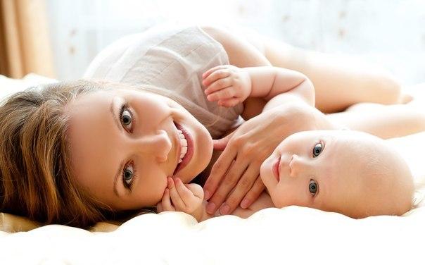 Спочатку новоспечена матуся не тямить себе від щастя, коли тримає на руках своє дитя. Та потім до неї приходить панічний страх - а що з ним (немовлям)