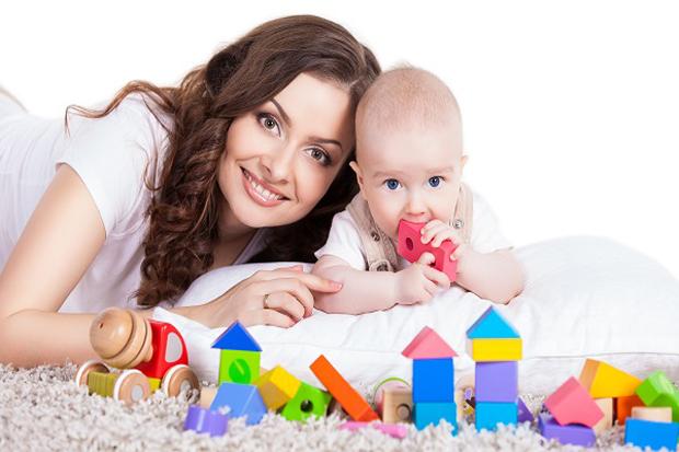 Освоєння дій з різними предметами - новий етап розвитку дитини. У дитячій повинні бути м'ячі, бубни, пірамідки, машинки - допоміжні предмети для занят