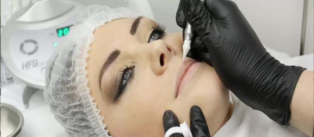 Популярность перманентного макияжа растет каждый день, даже несмотря на то, что многие считают его не естественным и не модным. Действительно, натурал