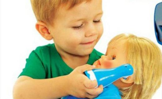 Чи можна дозволяти хлопчикам гратися з ляльками і переодягатися у дівчаток та до чого це може призвести.