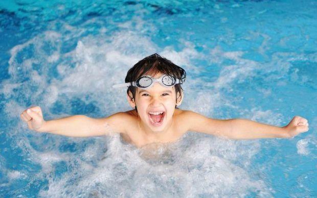 Літо - сезон відпусток, тож не обійтися і без плавання. Але що робити, якщо малюк панічно боїться водойм?