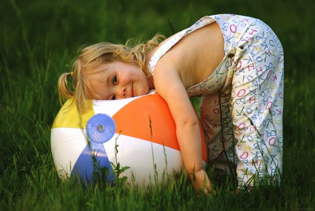 Важко зрозуміти молоду маму, в якої всі думки та турботи - про дитину. Інколи їй хочеться просто кілька хвилин спокою. Та як це пояснити непосидючому