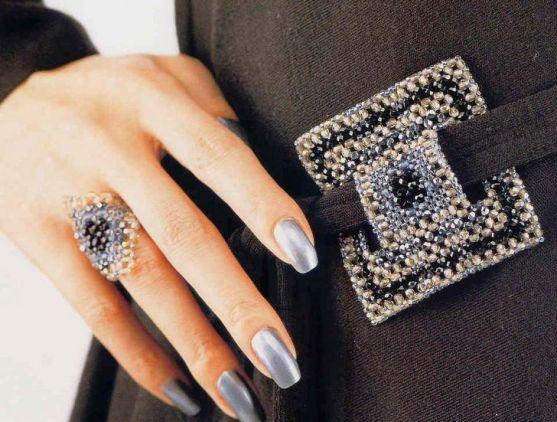 Мабуть, усім матусям дуже цікаво буде дізнатися: що таке материнський перстень? На Заході деякі жінки носять так звані материнські персні з камінням.