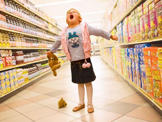 Діти часто просто вимагають купити їм зовсім непотрібні речі. Як справитися з істерикою малечі у магазині?