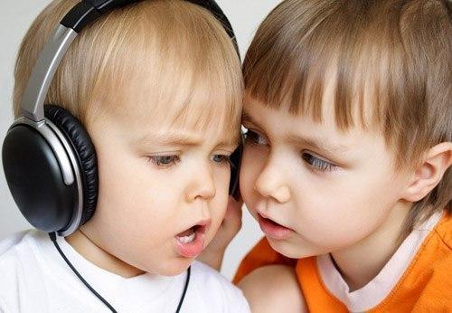 Чому дитина відстає у розвитку від своїх ровесників? Чому інші дітки вже вимовляють усі слова, а ваше чадо досі щось бурмоче собі під ніс?Відповіді на