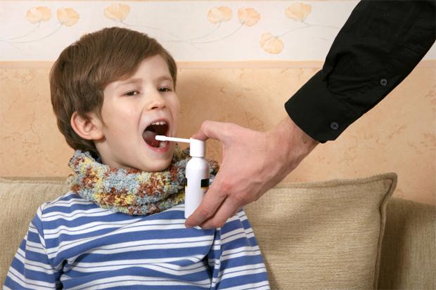 Для лікування почервоніння в горлі ми, дорослі, часто використовуємо засоби у вигляді спреїв. Такі види ліків дуже зручні, так як і розпорошуються лег
