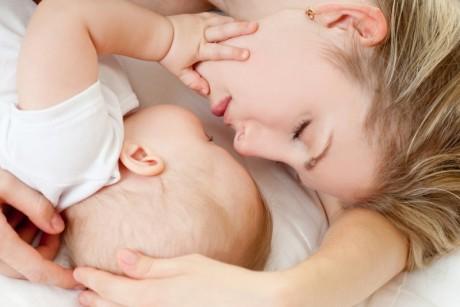 Грудне молоко - дорогоцінний продукт як для матері, так і для дитини. А для дитини це - ідеальне харчування. Тому поводитися з молоком потрібно обереж