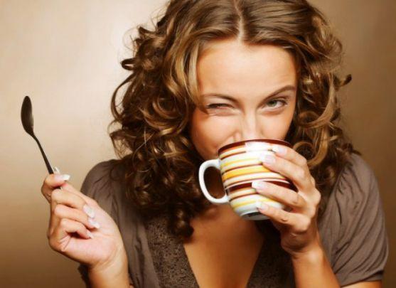 Вчені розвінчали стереотип про те, що кава - ранковий тонізуючий напій, який заряджає енергією на весь день.