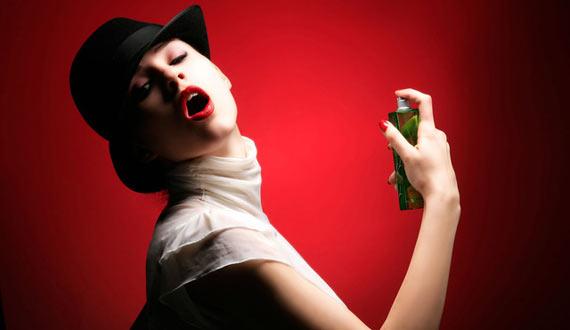 Не всі знають, що згодом аромат парфумів може змінитися, тому рекомендовано купляти невеликі об'єми. Але якщо вам подарували великий флакон, вам допом