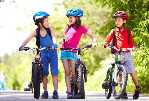 Прогулки на велосипеде чрезвычайно полезны для любого ребенка. Такое занятие дает возможность научиться координировать движения, позволяет держать мыш