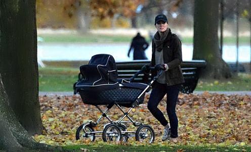 Улюблениця всіх британців, Кейт Міддлтон, вийшла погуляти в Кенсінгтонський парк разом з коляскою, як звичайна смертна.