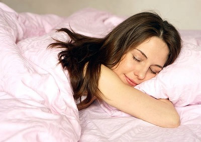 Фахівці переглянули свої погляди на питання тривалості сну. Якщо раніше вважалося, що людина повинна спати не менше 7 годин на добу, то тепер цю цифру