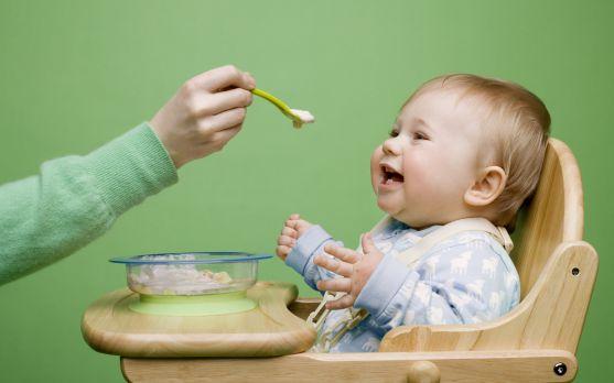 Тверду їжу рекомендується вводити в раціон дитини в 4-6 місяців. До моменту введення прикорму вона повинна вміти сидіти (з підтримкою), повертати голо