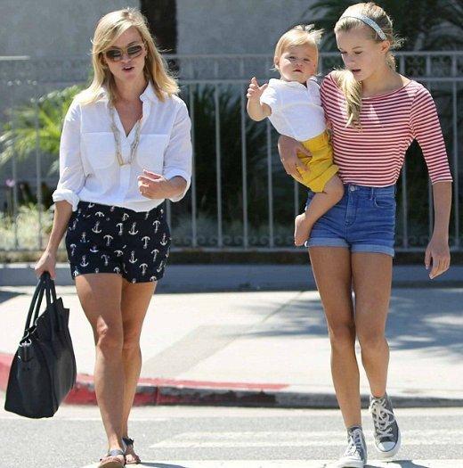 Нещодавно фотографи побачили знаменитість на прогулянці з донькою Авою та сином Теннесі в Лос-Анджелесі.
