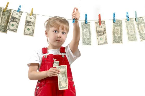 Коли у дитини мають з'явитися кишенькові гроші та яке фінансове виховання малюка є правильним?