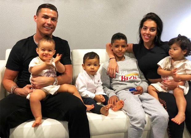 Кріштіану Роналду відпочиває з дітьми у джакузі (ФОТО)
