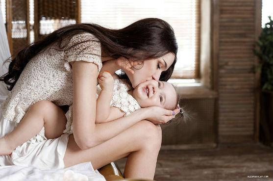 Що робити, коли мамі самій доводиться виховувати дитину після розлучення і які основні помилки може зробити жінка?