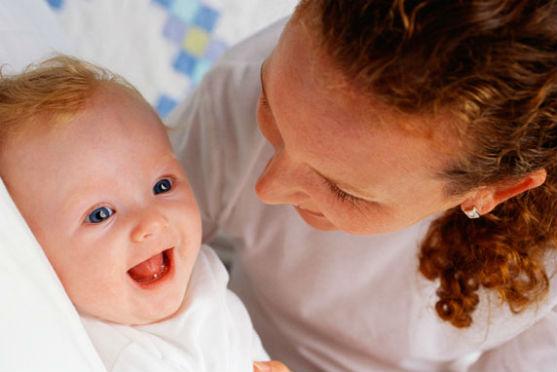 З дитиною потрібно багато розмовляти навіть тоді, коли вона ще не може вам відповісти. То про що ж поговорити з немовлям?