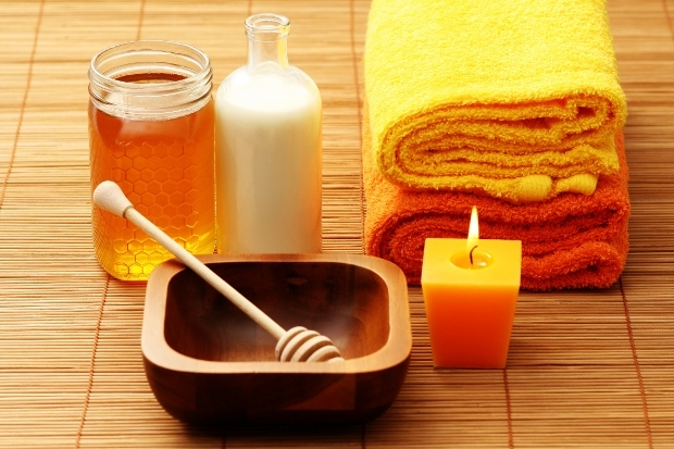 Мед є відмінним протизапальним і ранозагоювальним засобом. Він допомагає шкірі швидше регенерувати і живить її корисними компонентами. Тому мед додают