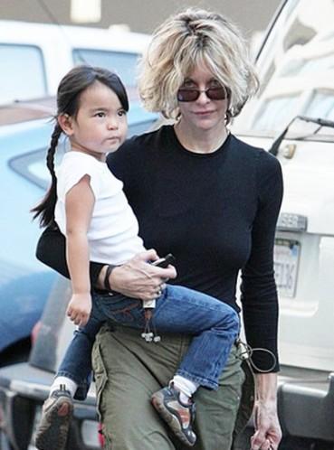 Не лише Анджеліна Джолі, але й багато інших голлівудських знаменитостей всиновили своїх дітей, таким чином подарувавши малятам шанс на краще майбутнє