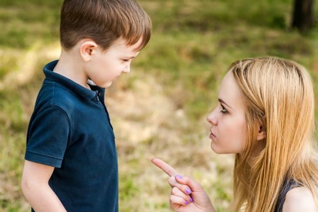 З ситуацією, коли дитині зауважує чужий дорослий, можна зіткнуться буквально на кожному кроці. І, на жаль, найбільш часта реакція батьків - підтримати