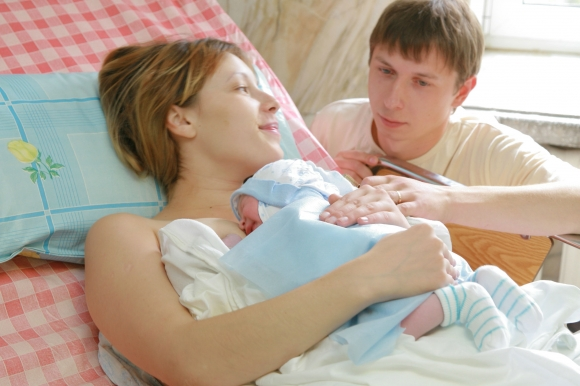 Після пологів жінкам часто важко повернутись до звичного ритму життя. Організм, виснажений вагітністю, реагує на будь-які зовнішні чинники. Що вже гов