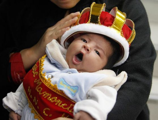 У період, коли дитина ще зовсім немовля, вона абсолютно залежна від матері або від оточення, яке про неї піклується. На відміну від дитинчат тваринног