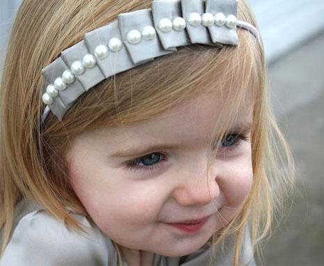 Багато дівчаток віддають перевагу середній довжині волосся.Волосся такої довжини не надто заважає дитині, воно не важке, що також є великим плюсом.За