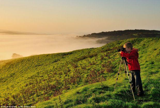 Олівер Андреас Джонс - 6-річний син професійного фотографа з Великобританії, який (як і його батько) полюбляє робити фото лише на заході або на сході