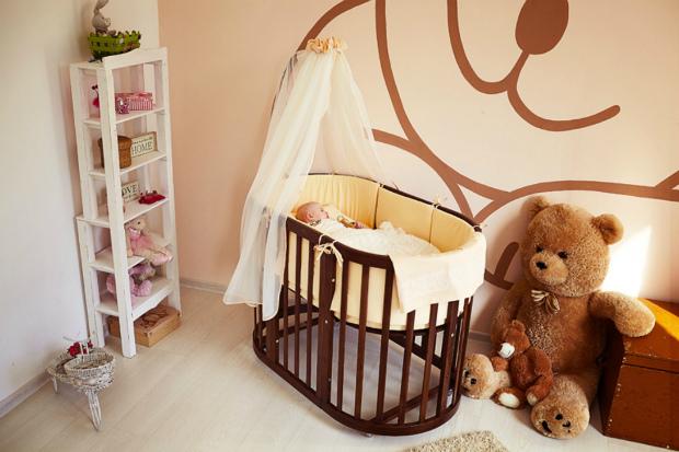 Если в вашем доме появился малыш, вам стоит подумать, как обустроить для него детский уголок. Угодить тут нужно всем, маме, которой должно быть удобно