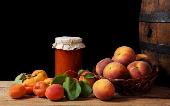 Плоди персика допомагають перетравлювати жирну і важку їжу, а також володіють протиблювотною дією.