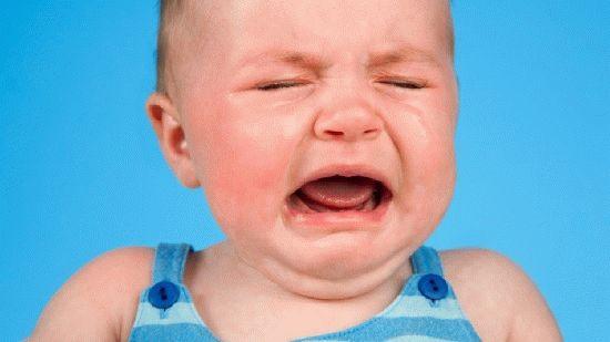Постійний плач дитини викликає серйозне занепокоєння батьків, адже вони намагаються зробити все, щоб малюк був задоволений. Можливо причина плачу в чо