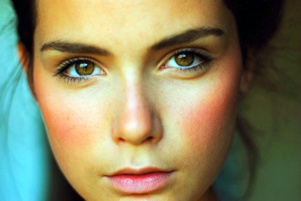 Чому з'являється почервоніння на обличчі та як його можна позбутися?