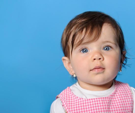 Основні питання, які хвилюють мам: коли, де і як проколювати дівчинці вуха?