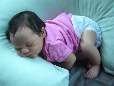 Дорослі, які звикли до подушки, замислюються над тим, що, можливо, і малюкові потрібна подушка, раптом йому незручно спати без неї? Але це зовсім не т