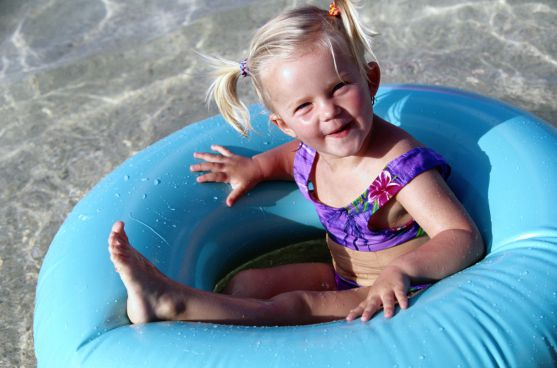 Симптоми сонячного опіку можуть бути різними залежно від його ступеня та індивідуальних особливостей дитини. Однак, як правило, діти скаржаться на біл