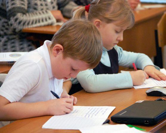 Так звані шкільні хвороби - це відхилення у здоров'ї дітей , віком від 7 до 17 років , спровоковані освітнім перевантаженням , порушенням умов навчаль
