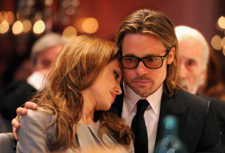 У 2005 році Пітт зрадив Еністон з Джолі, тепер Анджеліна думає, що він зраджує їй.