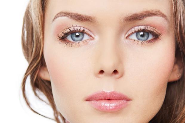 Хайлайтер, персикові рум'яна, нейтральні відтінки і правильний тон - все досить просто. Але як це змінює обличчя!