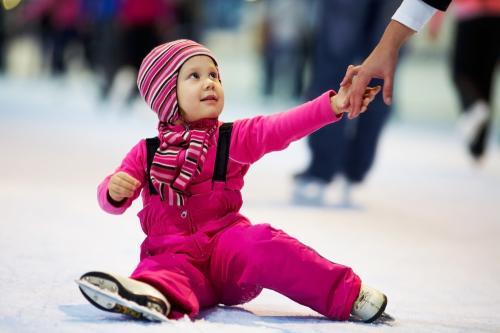 Катання на ковзанах - заняття, що перехоплює дух.Як навчити дитину вправно поводитись на ковзанці, а головне - не боятися раз-другий впасти, навчаючис