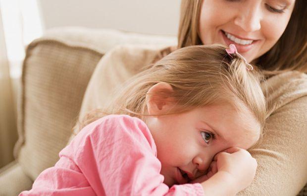 Вже достатньо доросла дитина і хвилини не здатна грати самостійно, а тільки мама втрачається з виду - відразу починається істерика.Що ж робити в таких