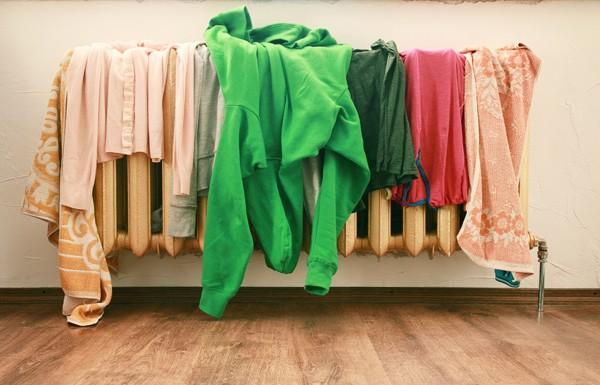 Медики рекомендують не сушити речі в житловому приміщенні. Це загрожує погіршенням здоров'я всіх мешканців будинку та квартири - через мокрий одяг пош