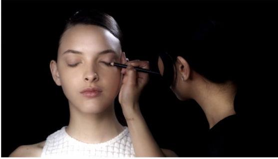 Відомий візажист дає майстер-клас правильного нанесення макіяжу.