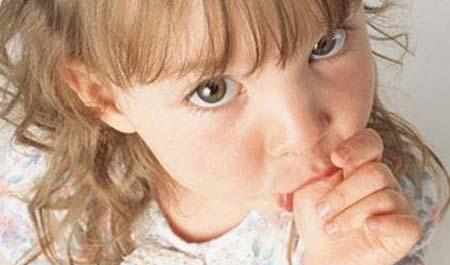 Деякі діти починають смоктати палець ще до народження і батьків, які бачать це на зображеннях, отриманих під час УЗД, це розчулює. Однак, нерідко трап