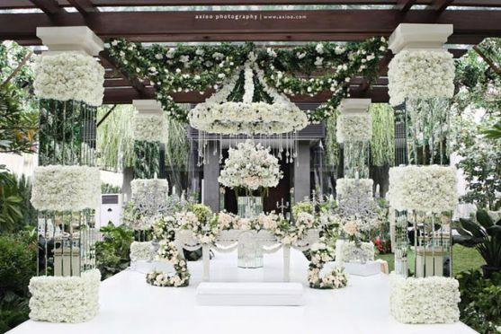 Що за весілля без квіткових прикрас? Проте красиві живі квіти - це завжди дорого. Багато людей використовують для оздоблення своїх весіль штучні квіти