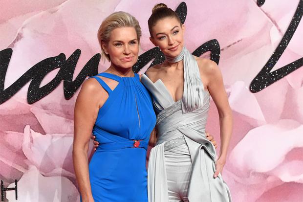 Як дві краплі: Джіджі Хадід з мамою на премії The Fashion Awards (ФОТО)