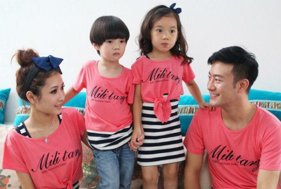 Зараз модно, щоб і мама, і тато, і їхні дітки одягали однаковісінький одяг. Це виглядає дуже мило!