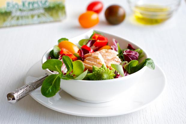 Смачний салат з капустою, сиром і червоною рибою. Низькокалорійний і корисний - на 100 г всього 115 калорій.