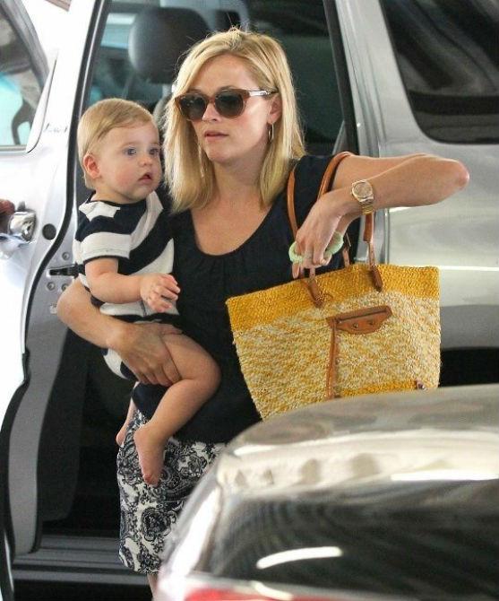 Відома голлівудська актриса, в якої нещодавно були проблеми із законом, зрозуміла, що приховати дитину від камер папараці не вдастся.